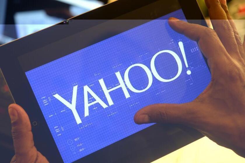 Una persona observa el logo de la compañía Yahoo. EFE/Archivo