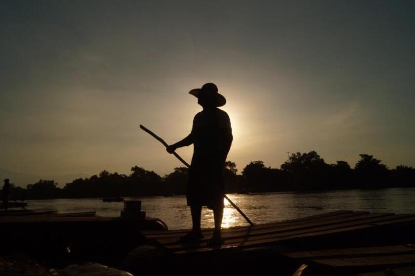 Balseros cruzan a migrantes por el río Suchiate, en Suchiate, estado de Chiapas (México). EFE/Carlos López/Archivo