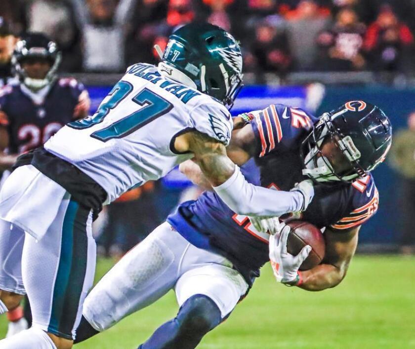El jugador de los Bears de Chicago Allen Robinson (d), defiende el balón de Tre Sullivan de los Eagles de Philadelphia. EFE