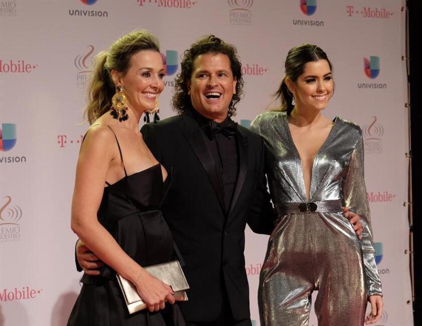 El cantante colombiano Carlos Vives (d), su esposa, Claudia Elena Vásquez (i), y Paulina Vega (d) posan a su llegada para la entrega de los premios Lo Nuestro hoy, jueves 18 de febrero de 2016, en la American Airlines Arena de Miami, Florida (EE.UU.). EFE/Gastón de Cárdenas.