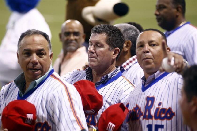 Montalvo (i), Edgar Martinez (c) y Carmelo Martinez (d), junto al resto del equipo de Puerto Rico de 1995, conocido como el Dream Team. EFE/Archivo