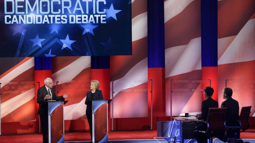 Bernie Sanders y Hillary Clinton, aspirantes a la presidencia de Estados Unidos, durante el debate de CNN.