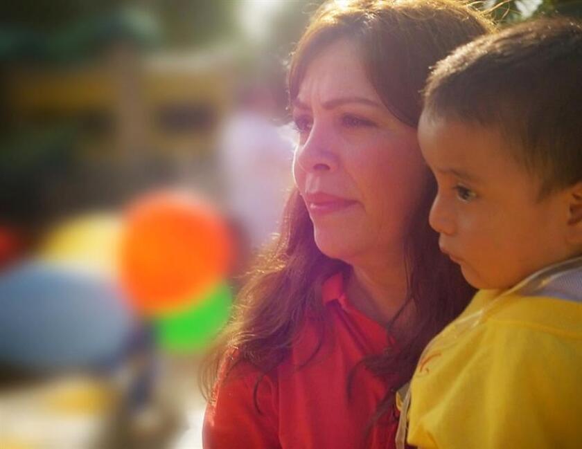 """Fotograma cedido Copper Pot Pictures donde aparece Nora Sandigo, de origen nicaragüense, mientras abraza a un niño, durante una escena del documental """"The Great Mother"""" (La gran madre). EFE/Chad Walker/Copper Pot Pictures/SOLO USO EDITORIAL/NO VENTAS/CRÉDITO OBLIGATORIO"""