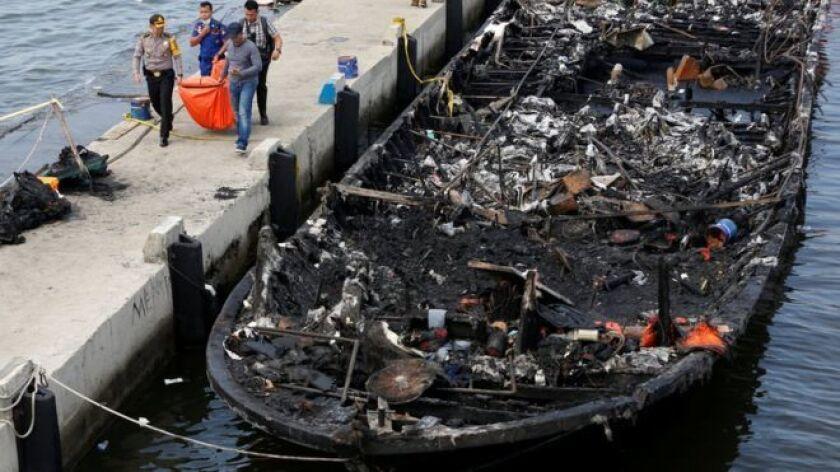 Al menos 23 personas murieron y otras 17 están desaparecidas después de que un transbordador se incendió cerca de la costa en Indonesia.