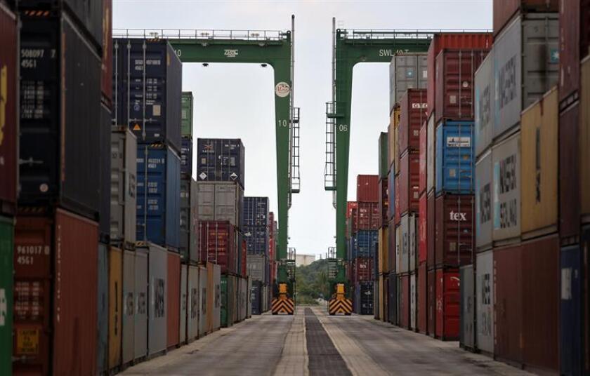 El déficit en el comercio internacional de bienes y servicios del país creció un 5 % en enero de 2018 y quedó en un saldo total de 56.600 millones de dólares, lo que marca su punto más alto en casi diez años, informó hoy el Departamento de Comercio. EFE/Archivo