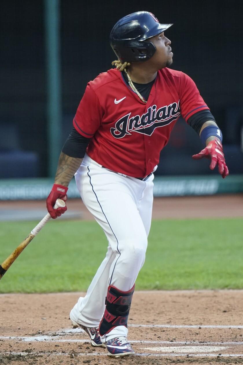 José Ramírez, de los Indios de Cleveland, conecta un sencillo productor en el primer inning del juego ante los Orioles de Baltimore, el lunes 14 de junio de 2021, en Cleveland. (AP Foto/Tony Dejak)