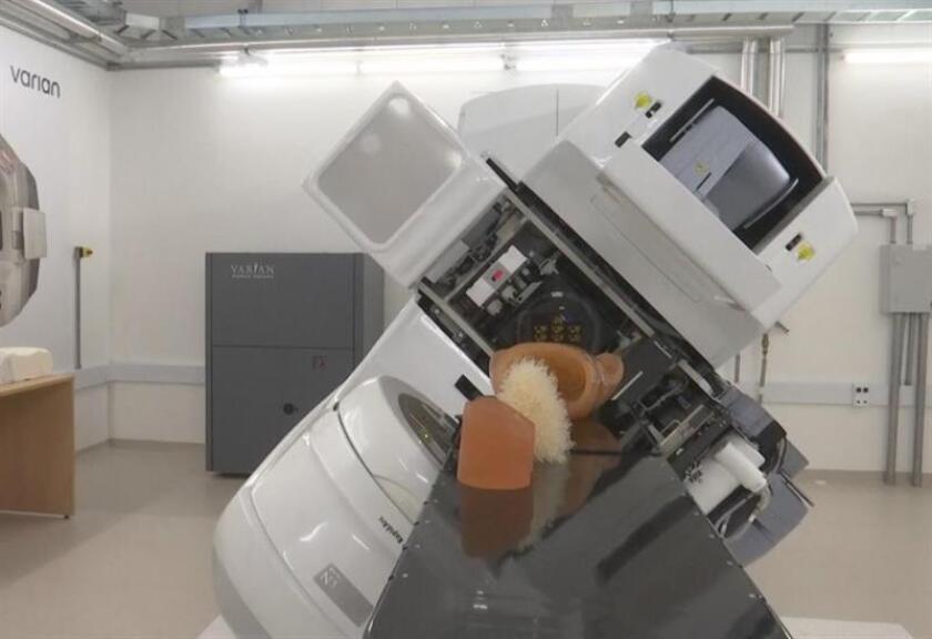La compañía se comprometió a construir esta planta industrial, que, por el momento, tan sólo suministrará a clínicas privadas, y a instalar 100 aceleradores lineales de fabricación extranjera en el sistema de salud público brasileño. EFE/Archivo