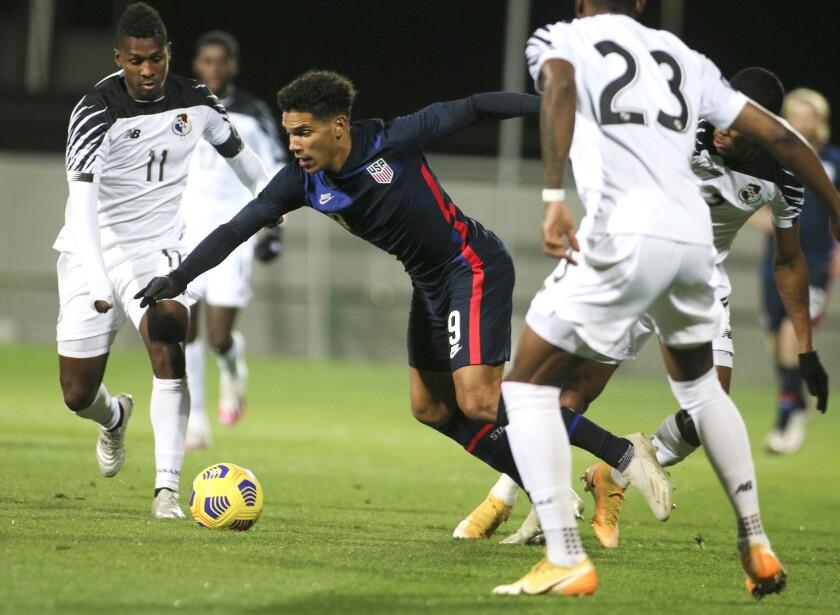 Nicholas Gioacchini de Estados Unidos va por el balón durante el partido amistoso contra Panamá