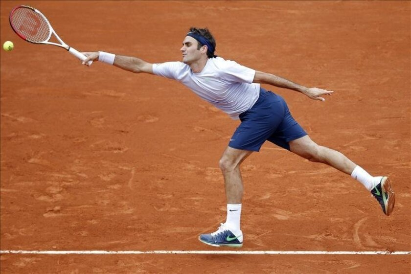 El tenista suizo Roger Federer, durante el partido de tercera ronda del torneo de tenis Roland Garros. EFE