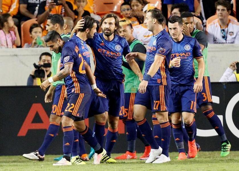 El delantero español del New York City David Villa (2i) celebra con su compañero, el italiano Andrea Pirlo y el resto del equipo un gol. EFE/Archivo