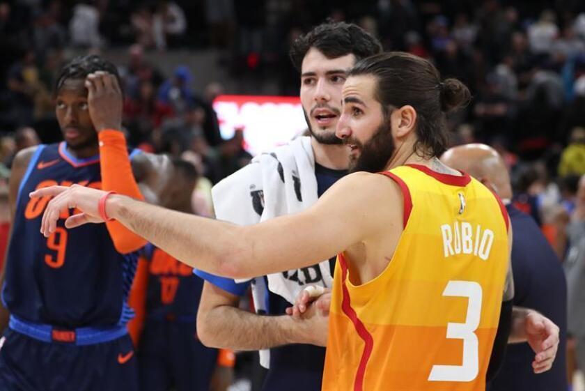 Ricky Rubio (d), de los Jazz de Utah, fue registrado este sábado al saludar a su compatriota español Alex Abrines (i), de los Thunder de Oklahoma City Thunder, al finalizar un partido de la NBA, en el Vivint Smart Home Arena de la ciudad de Salt Lake City (Utah, EE.UU.). EFE