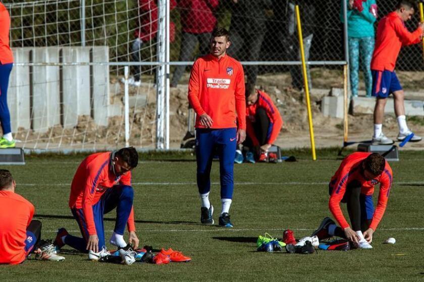 El defensa francés del Atlético de Madrid, Lucas Hernández (c) , durante el entrenamiento del equipo rojiblanco esta mañana en la Ciudad Deportiva del Atlético de Madrid en Majadahonda. EFE