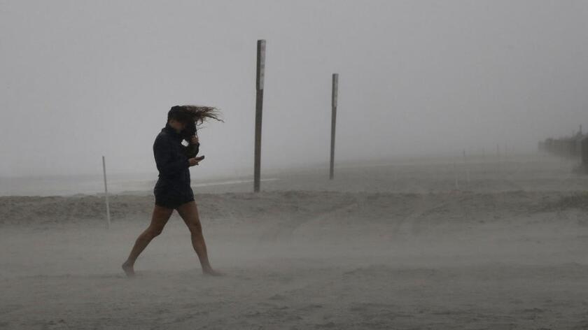 """El ojo del huracán Matthew alcanzó ayer el sureste de la pequeña localidad de McClellanville y su cercanía a tierra está ocasionando """"serias inundaciones"""" en partes de Carolina del Sur y fuertes lluvias en la vecina Carolina del Norte."""