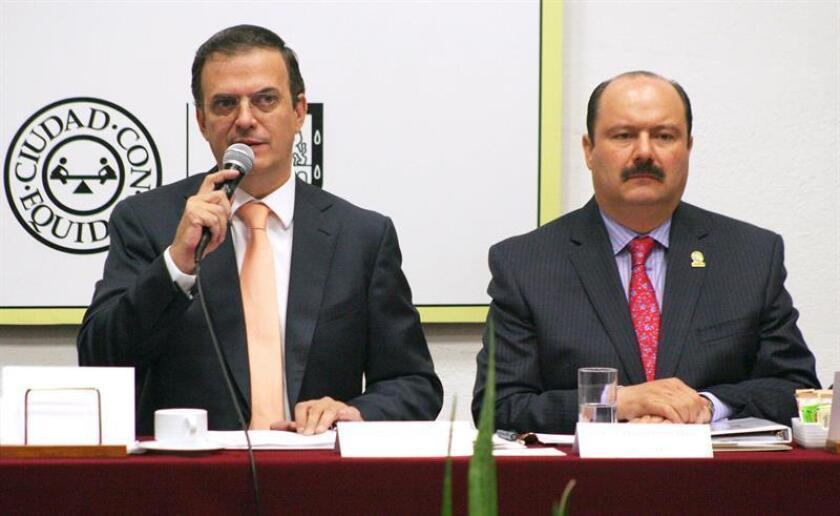 El exjefe de Gobierno de la Ciudad de México, Marcelo Ebrard (i), acompañado por el exgobernador del estado de Chihuahua, César Duarte (d). EFE/SOLO USO EDITORIAL