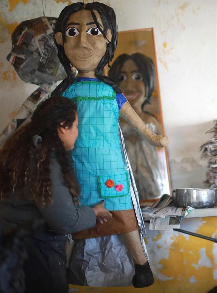 Una fabricante de piñatas, realiza una figura con la apariencia de la actriz mexicana Yalitzia Aparicio este jueves, en Ciudad Juárez, en el estado de Chihuahua (México). EFE/Archivo