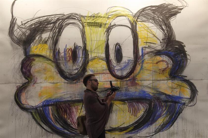 """Un visitante observa la obra """"Crazy Good Donald"""" de la artista estadounidense Joyce Pensato hoy, miércoles 07 de febrero de 2018, durante la XV edición de la feria de arte contemporáneo Zona Maco, en Ciudad de México (México). EFE"""