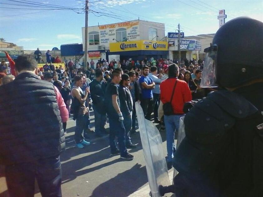 Fotografía cedida hoy, sábado 7 de enero de 2017, por el portal AFN Noticias de la ciudad de Tijuana, que muestra a decenas de manifestantes en una terminal de almacenamiento de Petróleo Mexicano (Pemex), en Rosarito (México). El desalojo de una terminal de almacenamiento de Petróleos Mexicanos (Pemex) en Rosarito, en el noroccidental estado de Baja California, se saldó hoy con al menos 15 heridos, varios de ellos policías federales y tres periodistas, y unos 70 detenidos. EFE/AFN