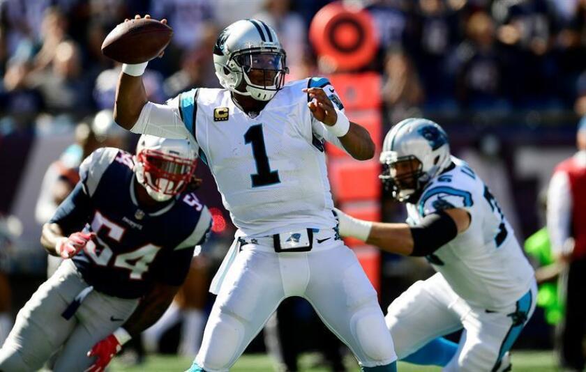 Newton completó 16 de 25 lanzamientos para 160 yardas con un envío de touchdown, fue derribado dos veces en 20 oportunidades y bajó a 65,4 el índice de pasador. EFE/Archivo