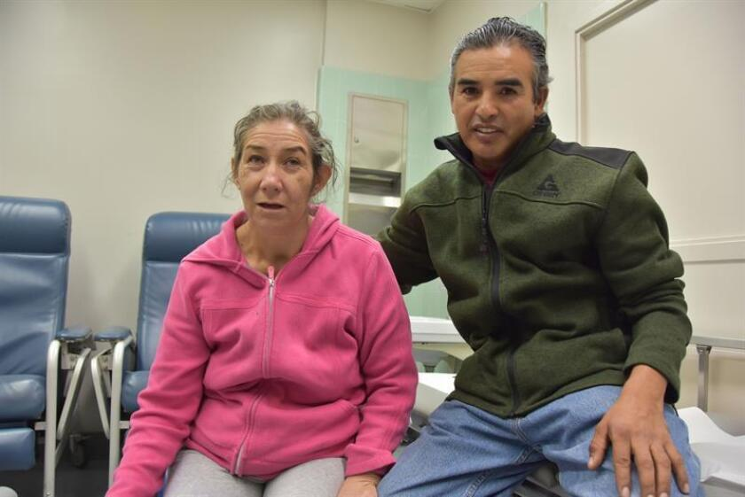 Fotografía de archivo que muestra a la jalisciense María Barocio (i) quien padece de Alzheimer. EFE/Archivo