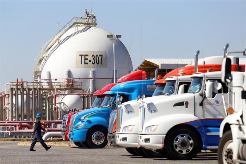 Vista general de un centro de distribución de combustibles en Guadalajara, estado de Jalisco (México). Los problemas de abastecimiento de combustibles en México empeoran con largas filas en las gasolineras de ciertos estados ante las dificultades de los camiones cisternas de llegar a todo el país desde las terminales de Pemex custodiadas por militares. EFE/Archivo