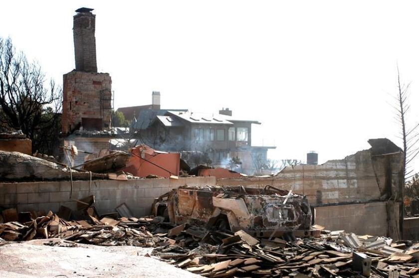 Vista de casas que fueron destruidas en el incendio de Woosley en Malibú, California (EE. UU.). La compañía Pacific Gas and Electric (PG&E), la mayor eléctrica de California, anunció hoy su entrada en bancarrota tras ser objeto de millonarias reclamaciones por los gigantescos y mortíferos incendios sufridos en ese estado. EFE/Archivo