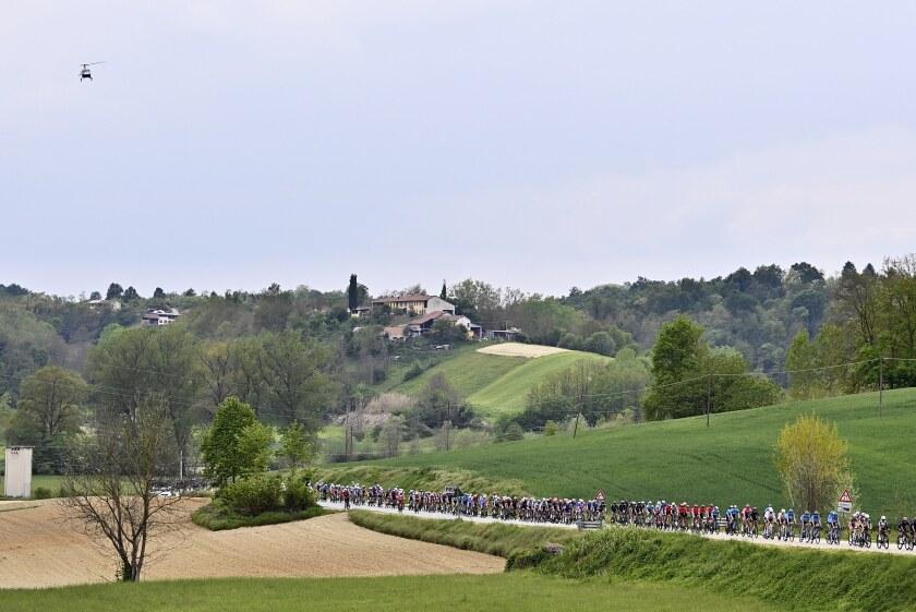 El pelotón del Giro de Italia durante la segunda etapa de la carrera, entre Stupinigi y Novara, el domingo 9 de mayo de 2021. (Fabio Ferrari/LaPresse vía AP)