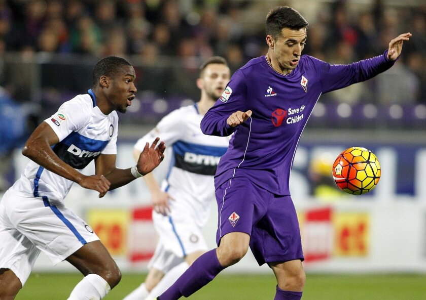 Fiorentina's Matías Vecino, right, vies for the ball with Inter's Geoffrey Kondogbia during a Serie A soccer match between Fiorentina and Inter Milan at the Artemio Franchi stadium in Florence, Italy, Sunday, Feb. 14, 2016. (AP Photo/Fabrizio Giovannozzi)