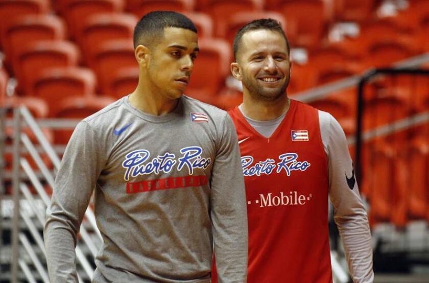 Los jugadores de la selección de baloncesto de Puerto Rico, Ángel Rodríguez (i) y José Juan Barea (d), participan en un entrenamiento hoy, lunes 25 de junio de 2018, en el Coliseo Roberto Clemente de San Juan (Puerto Rico). EFE