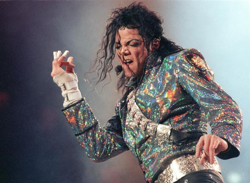 """El cantante estadounidense Michael Jackson, durante el concierto que ofreció en el Estadio Vicente Calderón de Madrid, dentro de su gira """"Dangerous Tour"""", el 26 de septiembre de 1992. EFE/Archivo"""