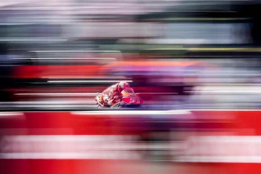 El piloto español de MotoGP Marc Márquez, de Repsol Honda, participa en una sesión de entrenamientos libres para el Gran Premio de República Checa de motociclismo, este sábado, en la víspera de la carrera. EFE/ Martin Divisek