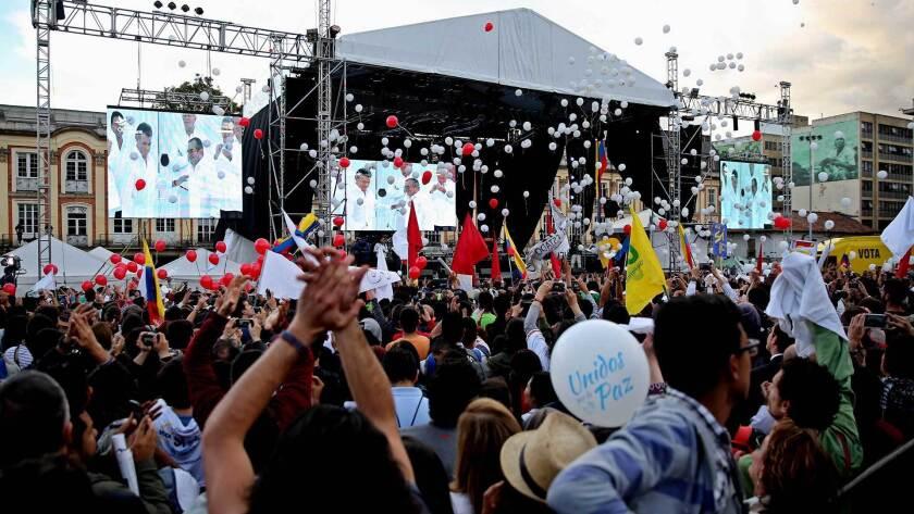 Una multitud sale a las calles de Colombia para presenciar la firma de paz.
