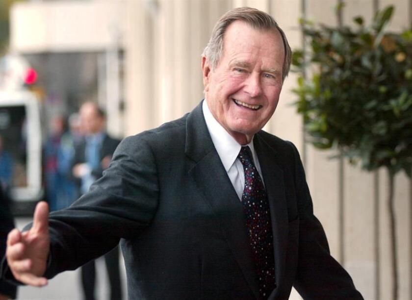 Former US President George H. W. Bush jokes with the media in Helsinki, Finnland, 30 September 2002 (reissued 01 December 2018). According to media reports, George H. W. Bush died aged 94 on 30 November 2018. George H.W. Bush was the 41st President of the United States (1989-1993). (Finlandia, Estados Unidos) EFE/EPA