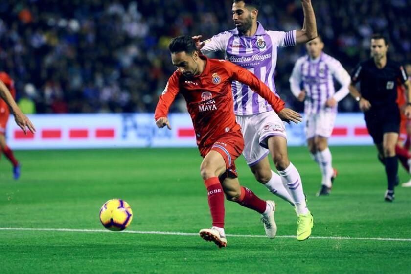 El delantero del RCD Espanyol Sergio García (i) se escapa de Javi Moyano, del Real Valladolid, durante el partido de la décima jornada de Liga en Primera División. EFE/Archivo