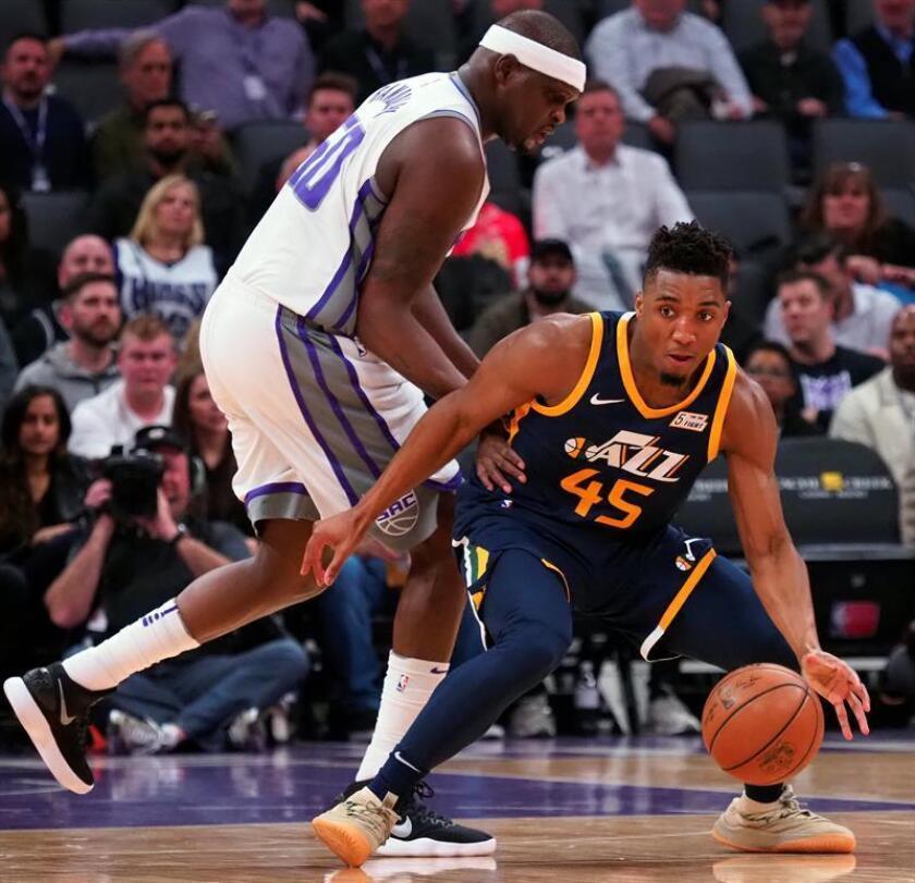 El jugador Zach Randolph (i) de Sacramento Kings en acción ante Donovan Mitchell (d) de Utah Jazz hoy, miércoles 17 de enero de 2018, durante un juego entre Utah Jazz y Sacramento Kings de la NBA, que se disputa en el Golden 1 Center, en Sacramento, California (Estados Unidos). EFE