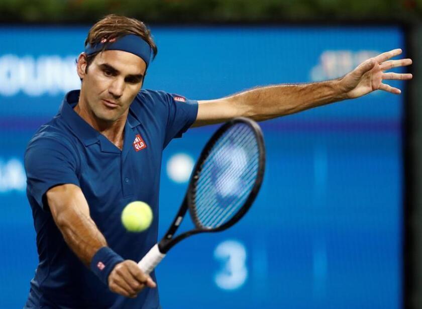 Roger Federer de Suiza en acción contra su compatriota Stan Wawrinka durante un partido del Abierto de Indian Wells. EFE