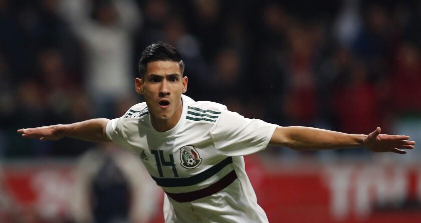 Uriel Antuna festeja tras anotar un gol para