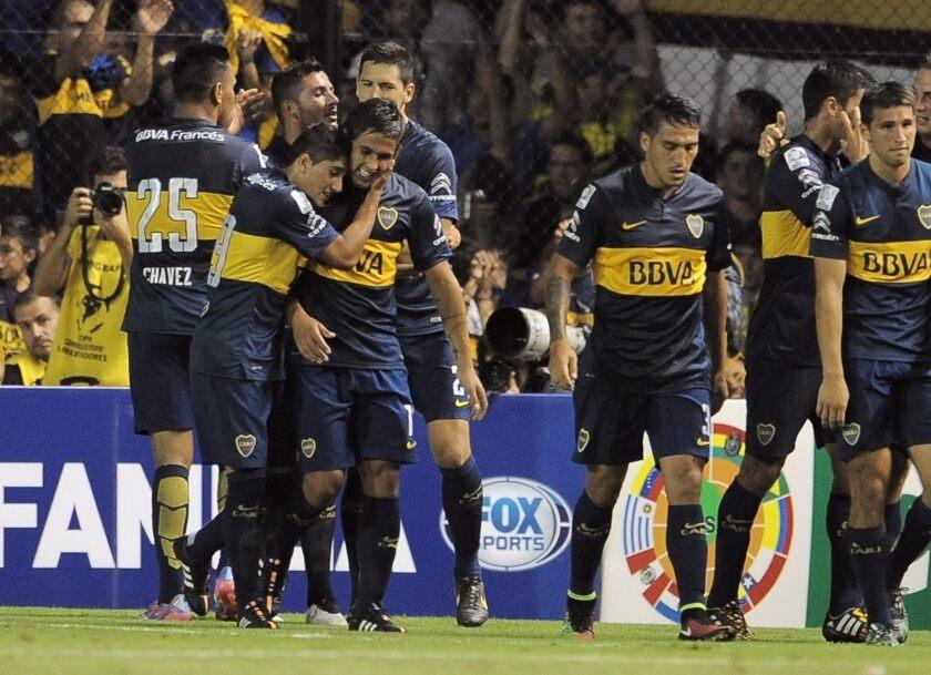 Jugadores de Boca Juniors celebran su anotación ante Palestino de Chile.