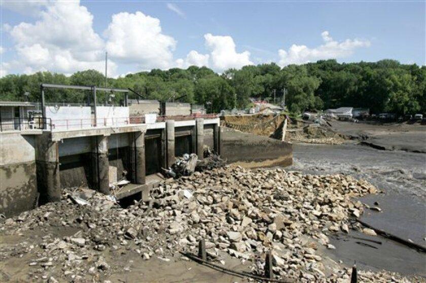 Mud, dead fish replace lake after Iowa dam break - The San