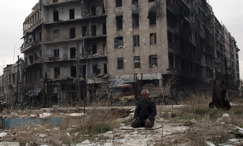 Un hombre reza en la mezquita de Umayyad en Alepo, Siria. La evacuación de los asediados en los barrios del este de la ciudad septentrional siria de Alepo fue suspendida hoy en medio de acusaciones cruzadas de las partes sobre la responsabilidad de la interrupción. EFE/STR