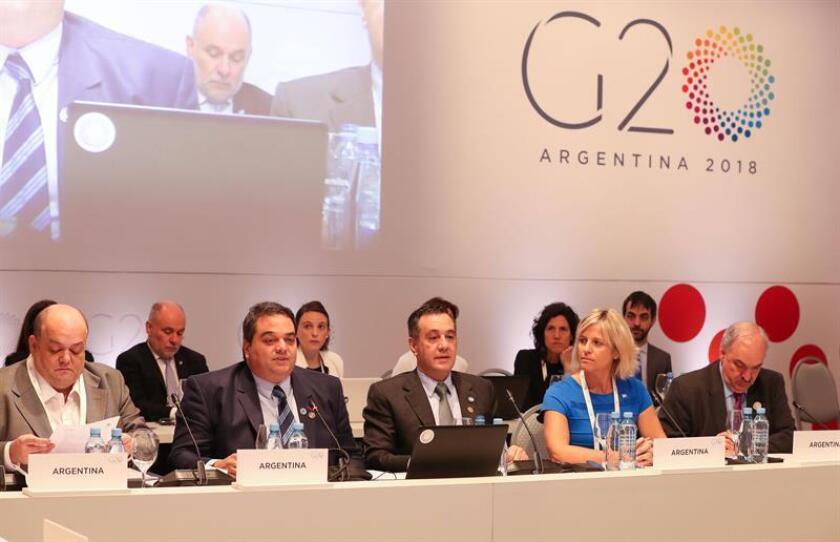 Fotografía cedida este jueves por la organización del G20 en la que se registró al secretario de Trabajo, Empleo y Seguridad Social de Argentina - país que preside el grupo en 2018 -, Jorge Triaca (2i), y al ministro de Educación de Argentina, Alejandro Finocchiaro (3i), durante la apertura de una reunión, en Mendoza (Argentina). EFE