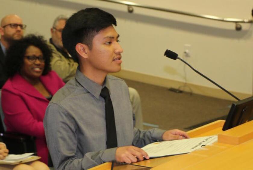 Noe Martinon de 17 años, actualmente un estudiante sénior en Santee Education Complex.