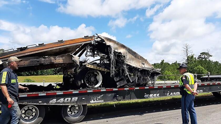 Restos de un choque mortal de vehículos al paso de la tormenta Claudette son cargados en un camión, el domingo 20 de junio de 2021 en el condado Butler, Alabama. (Lawrence Specker/Press-Register/AL.com via AP)