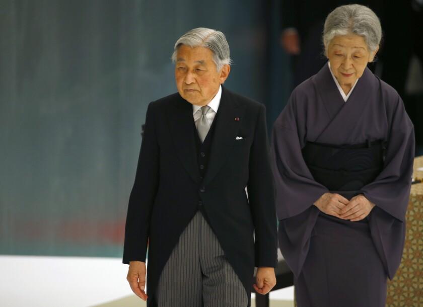 ARCHIVO - Esta foto muestra al emperador de Japón Akihito acompañado de la emperadora Michiko saliendo de un servicio memorial en el salón de artes marciales Nippon Budokan, en Tokio. Akihito todavía trabaja pero sus ayudantes han pasado algunas de sus labores al príncipe Naruhito, el mayor de sus dos hijos y probablemente su sucesor. Sin embargo, Akihito ha hablado sobre su edad en los últimos años, admitiendo haber cometido errores leves en ceremonias. Durante el aniversario del fin de la Segunda Guerra Mundial, el 15 de agosto del 2015, Akihito comenzó a leer un comunicado cuando tenía que observar un momento de silencio. (Foto AP /Shizuo Kambayashi, Archivo)