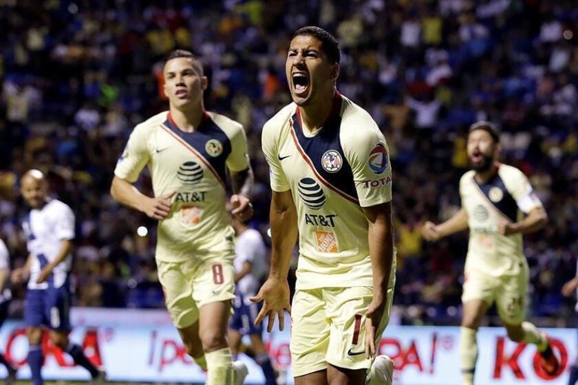 El jugador de América Cecilio Domínguez (c), festeja después de anotar ante Puebla. EFE/Archivo