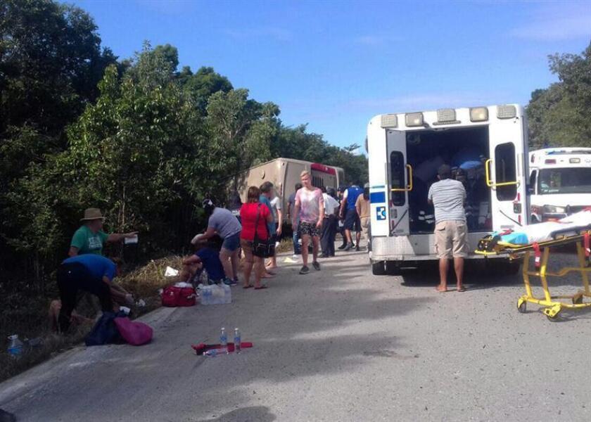 Vista general de un autobús accidentado en el tramo de la carretera Chetumal- Mahahual hoy, martes 19 de diciembre de 2017, en Mahahual (México). Once personas murieron y al menos otras 15 resultaron heridas al volcar un autobús turístico que transportaba a 31 pasajeros de cruceros que llegaron al muelle de Mahahual, en el sur del estado Quintana Roo, confirmaron fuentes oficiales. EFE
