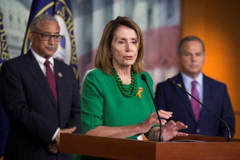 La líder de la minoría demócrata en el Congreso de Estados Unidos, Nancy Pelosi (c), se comprometió hoy públicamente a ayudar a acelerar el proceso de recuperación de Puerto Rico tras la devastación causada por el paso de los huracanes Irma y María en septiembre de 2017. EFE/ARCHIVO