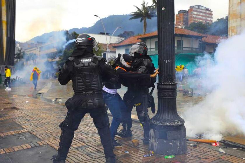 Policías detienen a un manifestante durante una protesta contra el gobierno