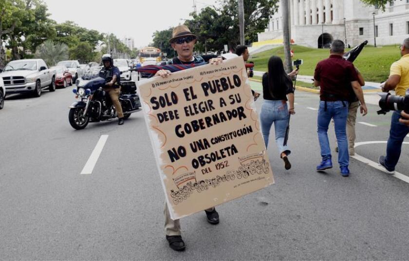A horas de renuncia gobernador de Puerto Rico ciudadanos llegan a sede del ejecutivo