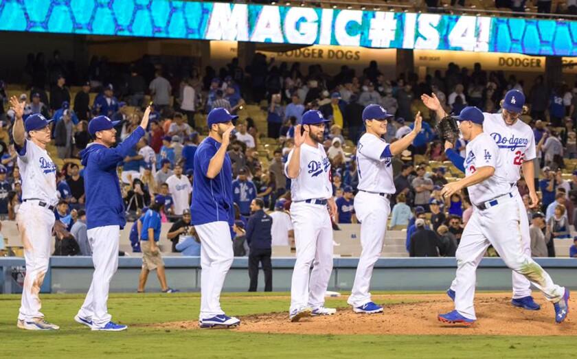 Los Dodgers celebran tras ganar y reducir a uno su 'número mágico' de juegos para conquistar el título en el Oeste de la Liga Nacional.