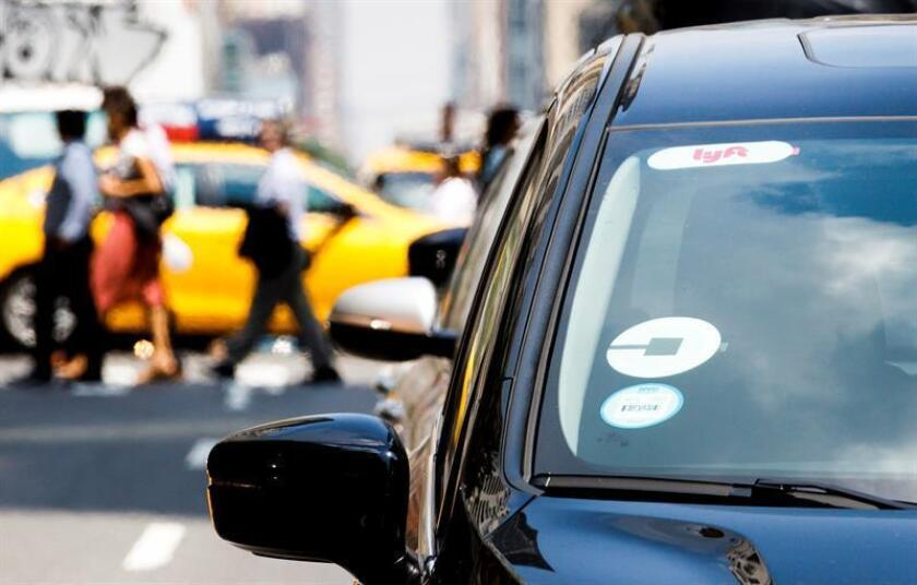 Un Uber conduce a lo largo de la calle 42 en Nueva York (EE.UU.). EFE/Archivo